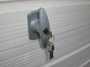 Voici les 5 meilleures serrures pour vos portes de garage - Serrure de securite pour porte de garage ...